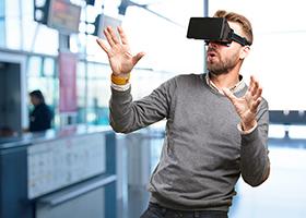 Casque VR porté par un homme